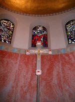 Kreuz beim Altar